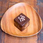 これでもかチョコキュウブ。中身はマカデミアナッツとチョコレート入り。