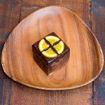 チョコ生地にチョコレートをトロリと流し中身はオレンジピールとドライフルーツ入り。